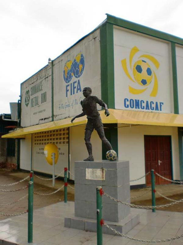 andre-Kamperveen stadium statue